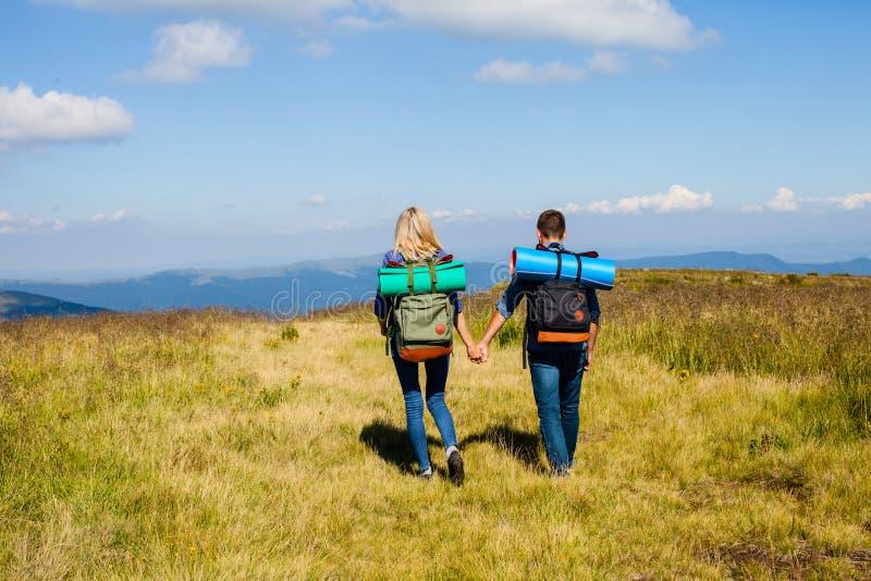 Het jonge paar reizen stock fotografie