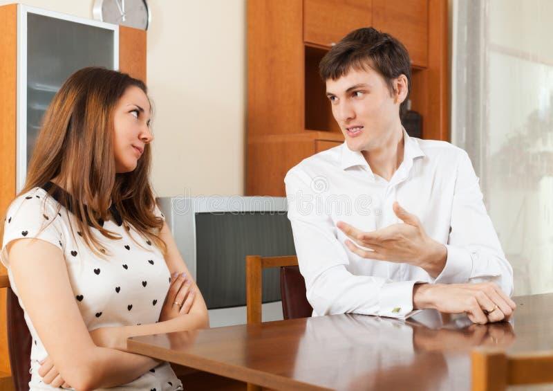 Het jonge paar spreken royalty-vrije stock afbeelding