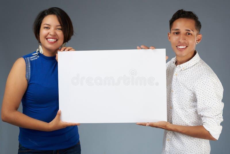 Het jonge paar toont banner royalty-vrije stock foto