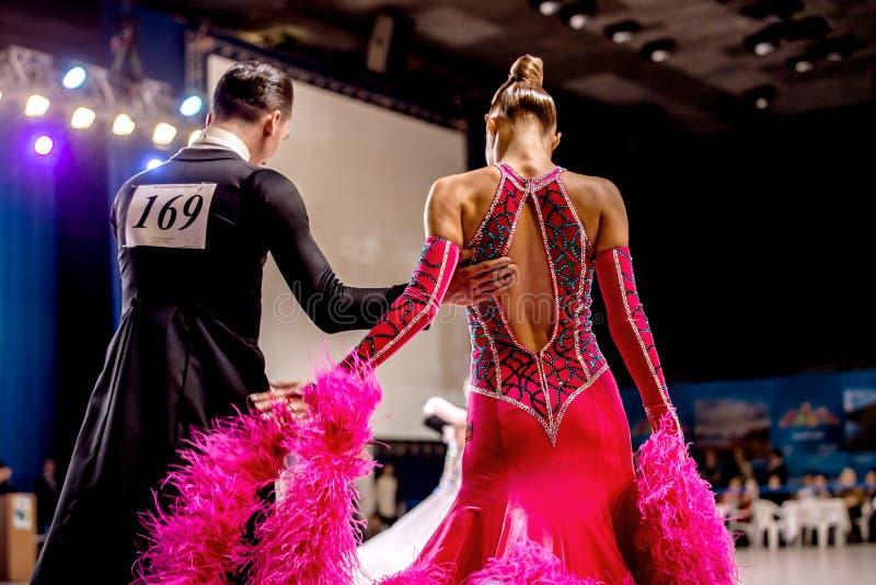 Het jonge paar van de danssport vóór de concurrentie royalty-vrije stock foto's