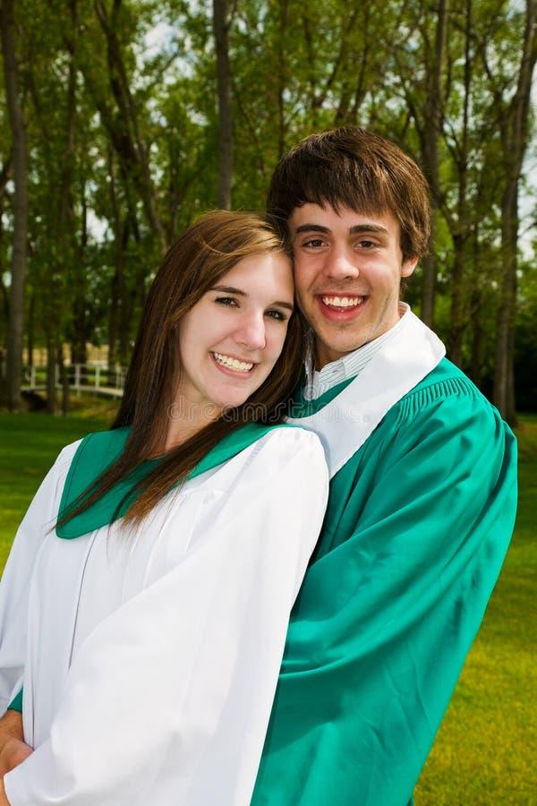 Het jonge Paar van de Graduatie stock fotografie