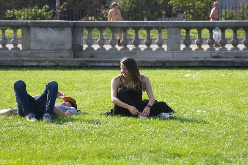 het jonge paar van Frankrijk brengt tijd in het Park door stock afbeeldingen