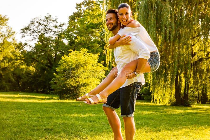 Het jonge paar van Nice in het park royalty-vrije stock foto