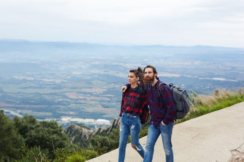 Het jonge paar van reizigers ging op een picknick in de bergen stock foto's