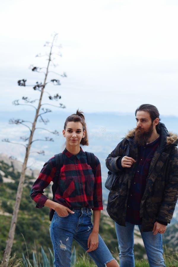Het jonge paar van reizigers ging op een picknick in de bergen royalty-vrije stock foto