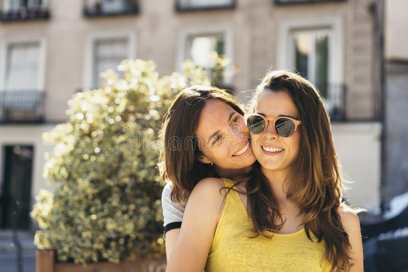 Het jonge het paar van vrouwen lesbische vrouwen koesteren royalty-vrije stock foto