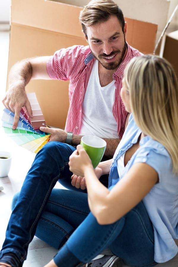 Het jonge paar het vieren bewegen zich aan nieuw huis royalty-vrije stock foto