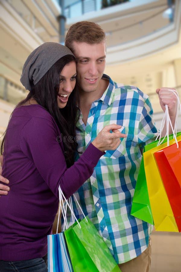 Het jonge paar vindt iets terwijl het winkelen in een wandelgalerij royalty-vrije stock foto's