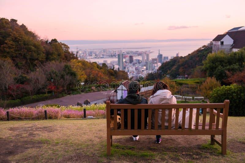 het jonge paar ziet Kobe-horizon bij schemering stock foto's