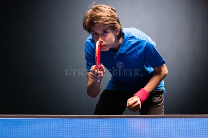 Het jonge pingpong van de jongens speelpingpong stock foto