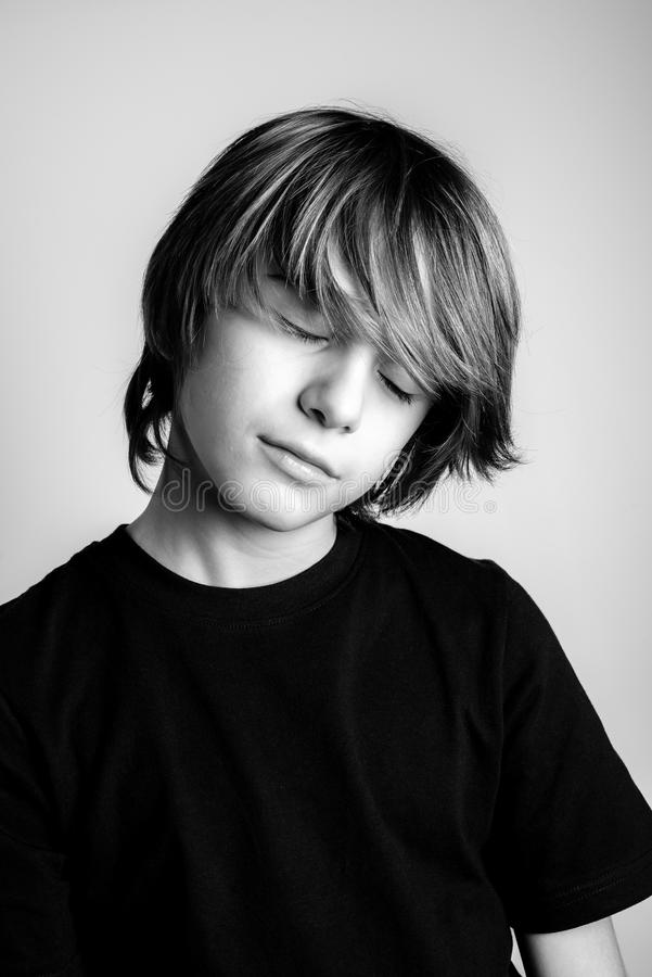Het jonge portret van de blondekerel met gesloten ogen zwart-witte foto royalty-vrije stock fotografie