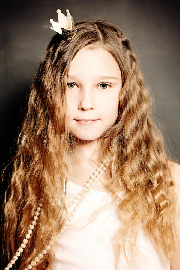Het jonge Portret van de Manier van het Meisje Leuk Gezicht, Lang Krullend Haar royalty-vrije stock afbeeldingen