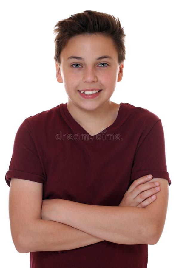Het jonge portret van de tienerjongen met gevouwen wapens stock foto