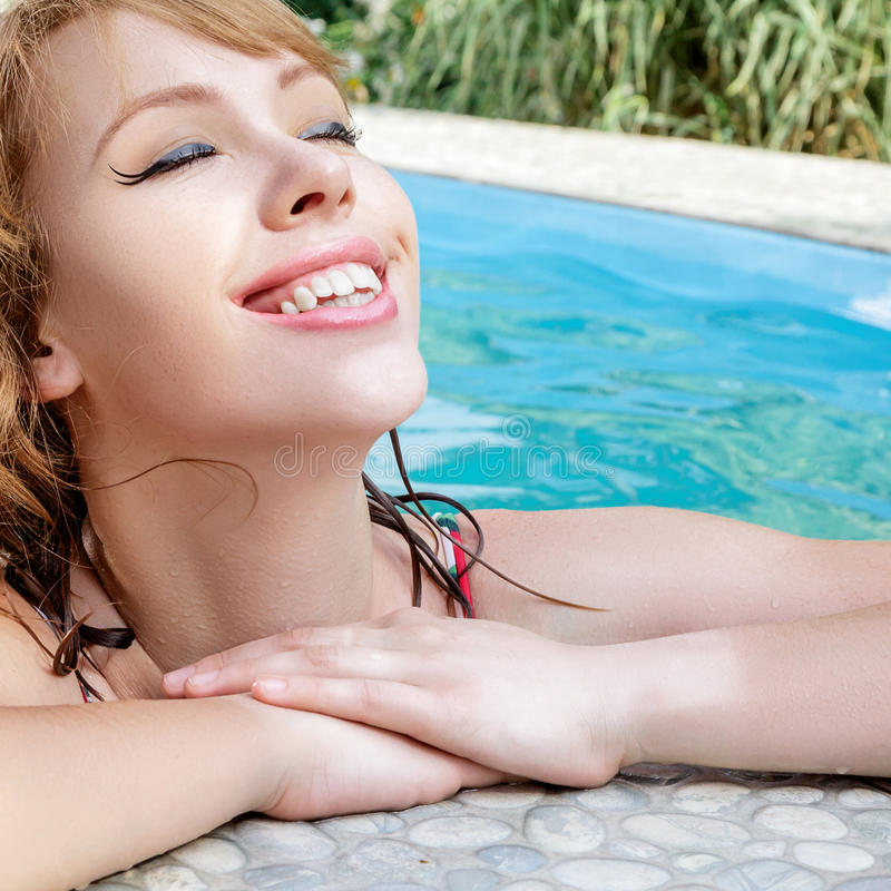 Het jonge portret van de vrouwenschoonheid in een zwembad stock fotografie