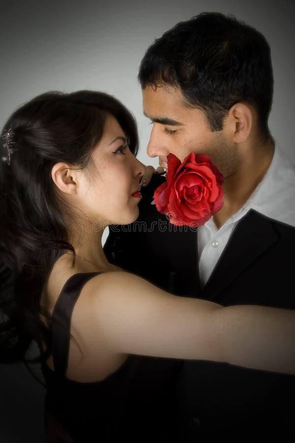Het jonge romantische paar dansen royalty-vrije stock fotografie