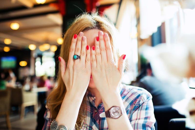 Het jonge schuwe wijfje sloot haar gezicht stock fotografie