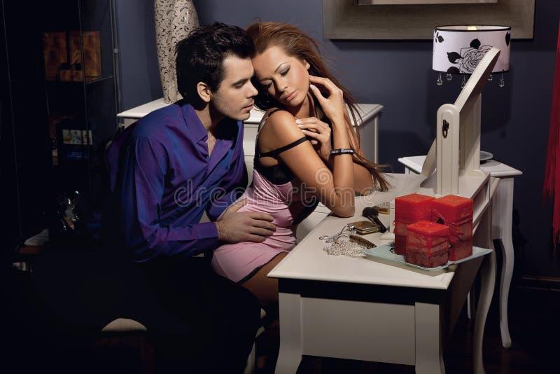 Het jonge sexy paar stellen stock foto's