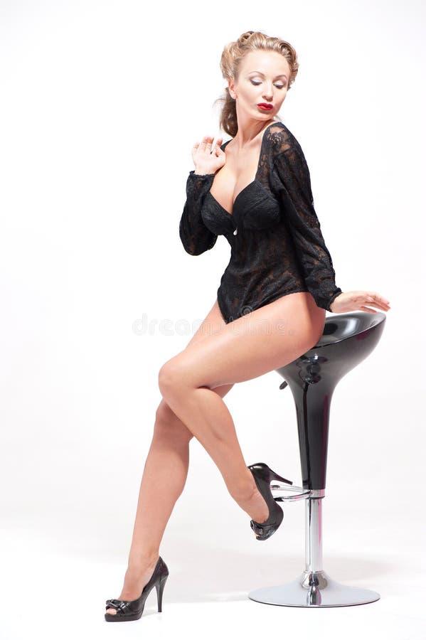 Het jonge sexy vrouw stellen in zwart ondergoed stock afbeelding
