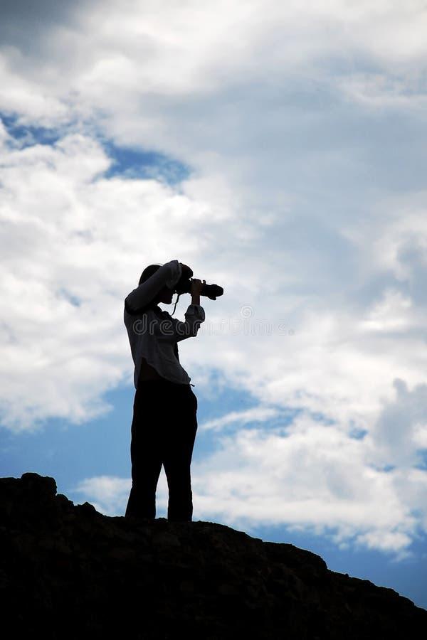 Het jonge silhouet van het fotograafmeisje royalty-vrije stock afbeeldingen