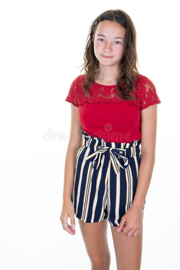 Het jonge slanke lichaam van het tienermeisje en de zomer van de manierstijl bij de witte status als achtergrond royalty-vrije stock afbeeldingen