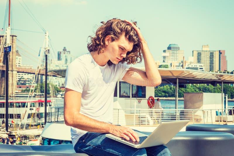 Het jonge Spaanse Amerikaanse Mens reizen, die in New York werken stock foto's