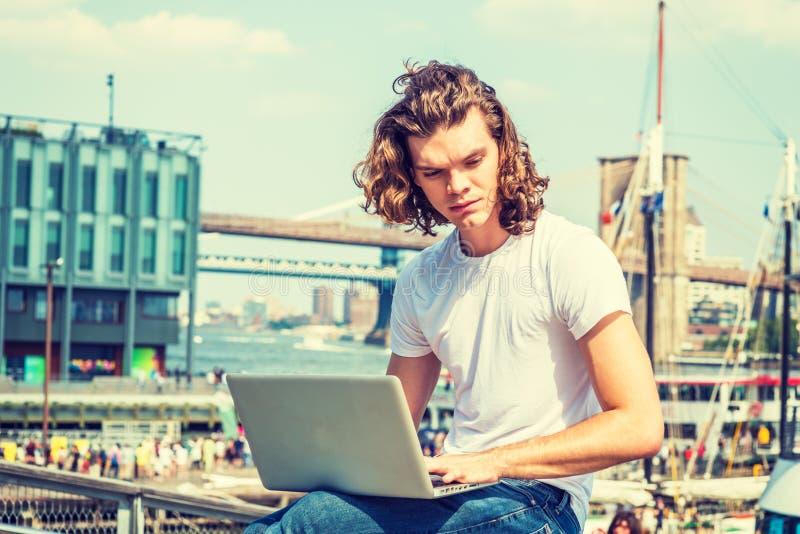 Het jonge Spaanse Amerikaanse Mens reizen, die in New York werken stock afbeelding