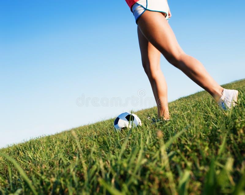 Het jonge SpeelVoetbal van de Vrouw stock afbeelding