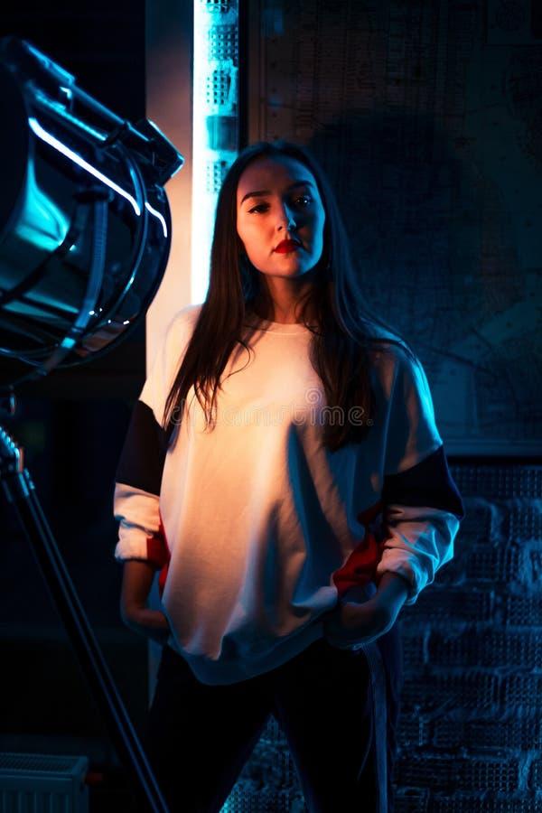 Het jonge sportieve meisje stelt aan de camera royalty-vrije stock afbeeldingen