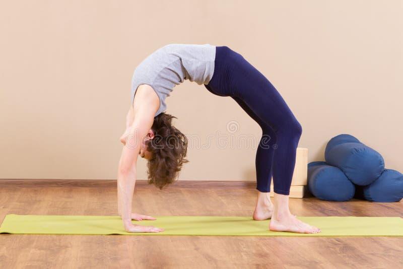 Het jonge sportieve vrouw uitrekken zich bij gymnastiek royalty-vrije stock fotografie