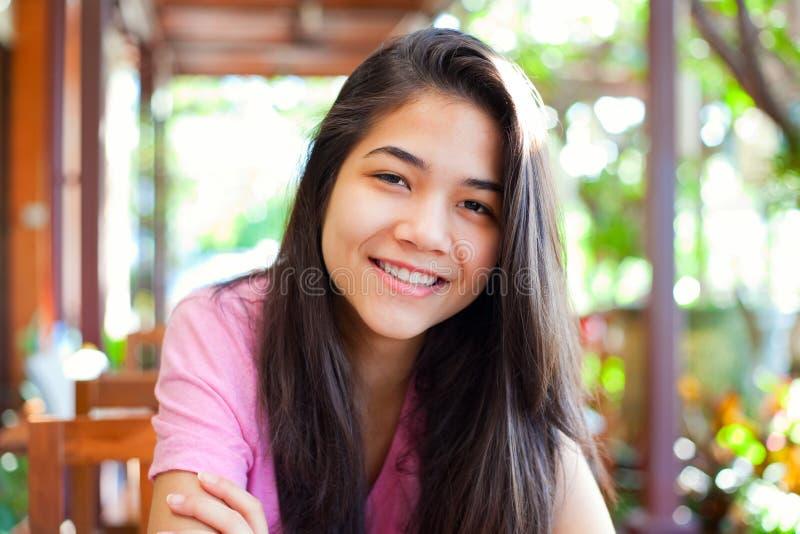 Het jonge tienermeisje ontspannen in openlucht op veranda stock foto's