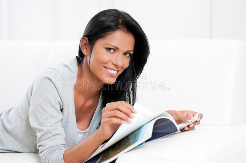 Het jonge tijdschrift van de vrouwenlezing royalty-vrije stock afbeelding