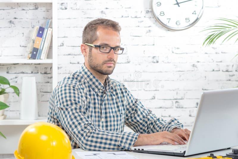 Het jonge uitvoerende werken met zijn computer stock foto's