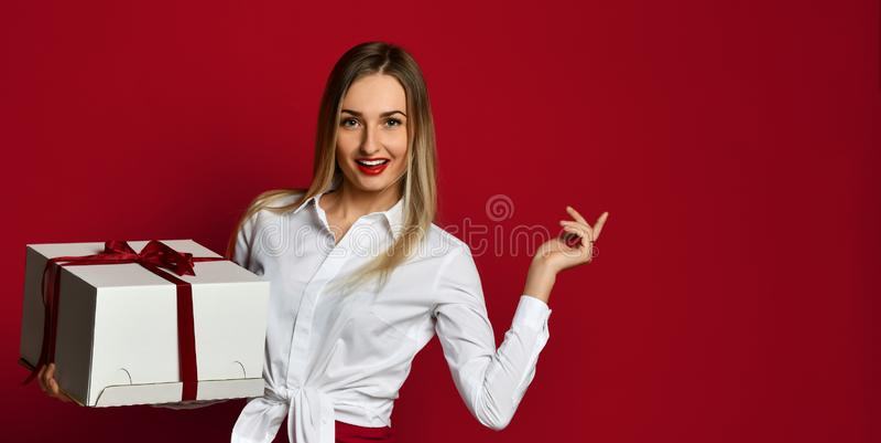 Het jonge van de de doosgift van de blondevrouw open witte de cakedoos huidige zoete het glimlachen lachen stock afbeelding