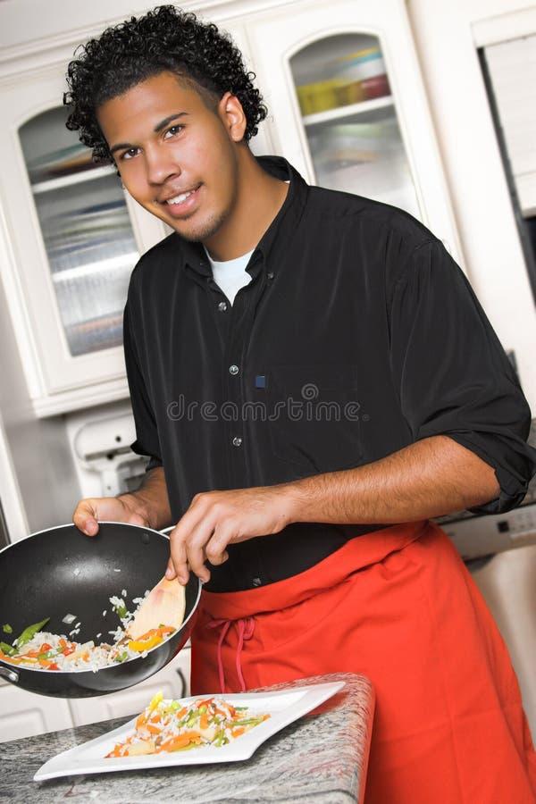 Het jonge voedsel van het chef-kokplateren royalty-vrije stock foto's