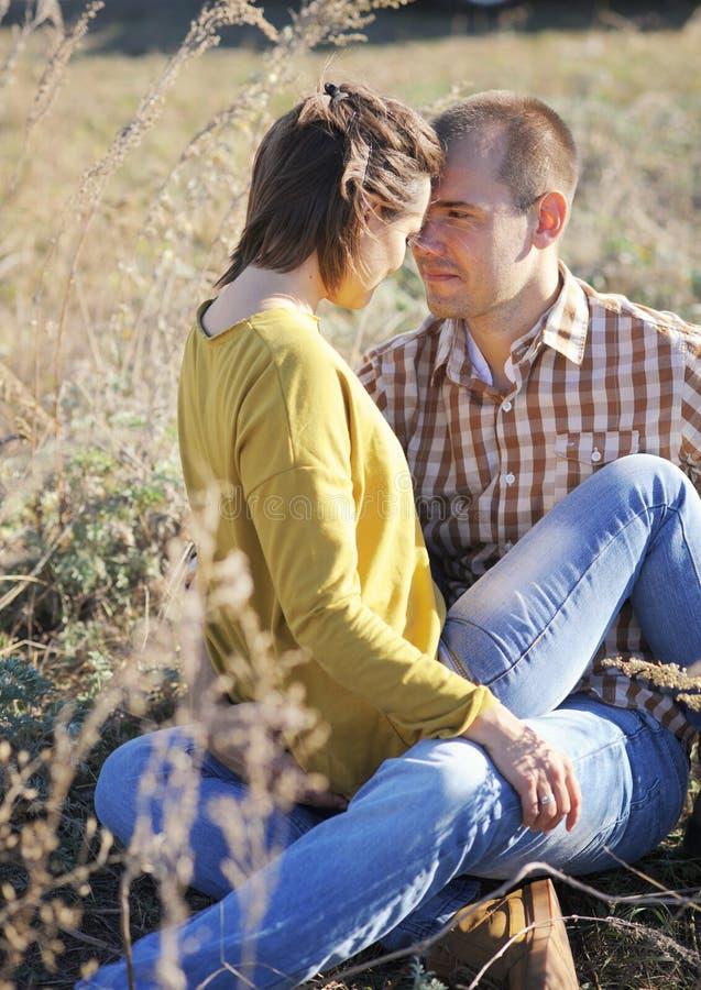 Het jonge volwassen liefdepaar heeft een rust openlucht, jonge familie, echtgenoot en zijn vrouw stock foto's