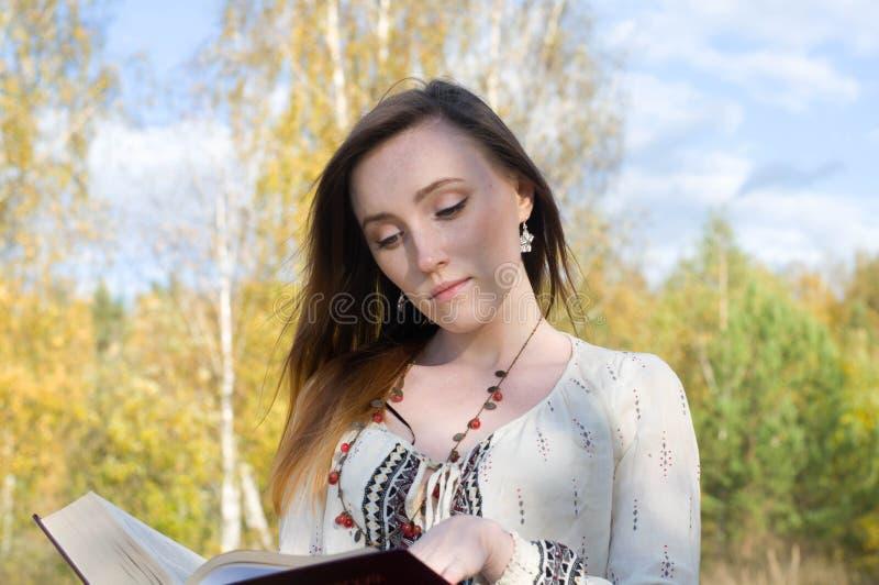 Het jonge vrij etnische boek van de vrouwenlezing royalty-vrije stock fotografie