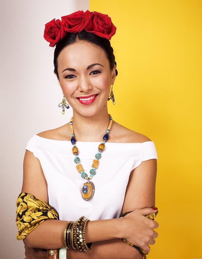 Het jonge vrij Mexicaanse vrouw glimlachen gelukkig op gele achtergrond, l royalty-vrije stock afbeeldingen