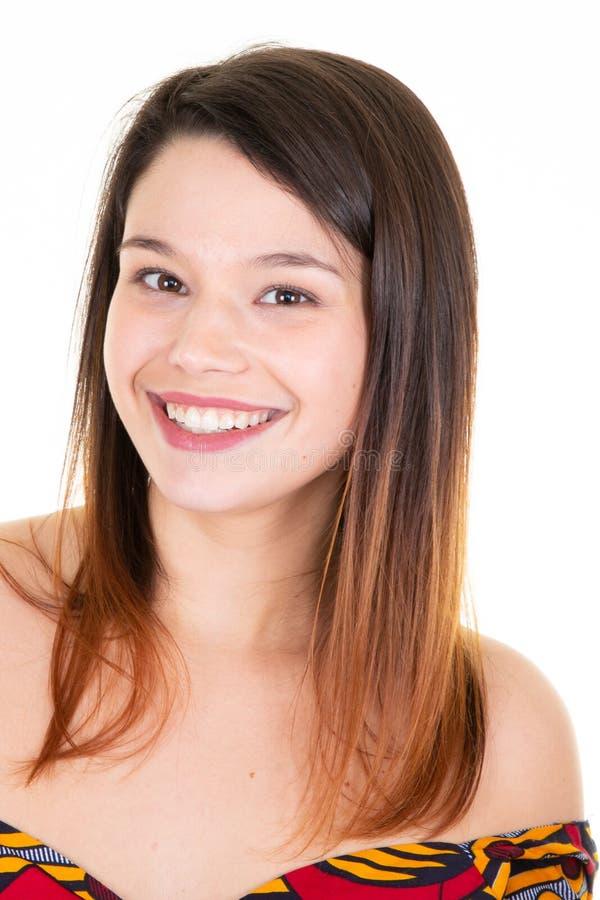Het jonge vrolijke gelukkige meisje het glimlachen het lachen bekijken camera over witte achtergrond stock afbeelding