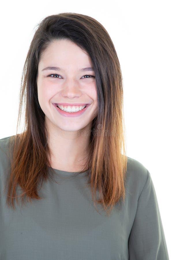 Het jonge vrolijke gelukkige meisje het glimlachen het lachen bekijken camera over witte achtergrond stock afbeeldingen