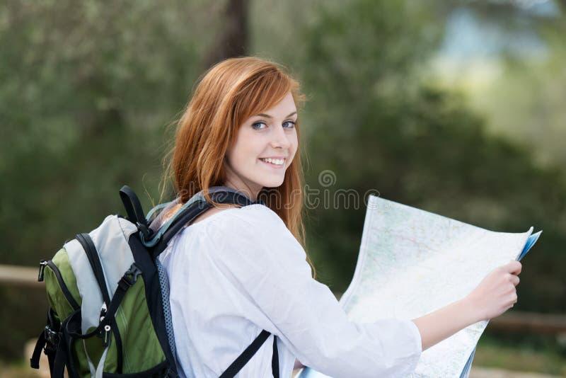 Het jonge vrouw backpacking in aard stock foto's