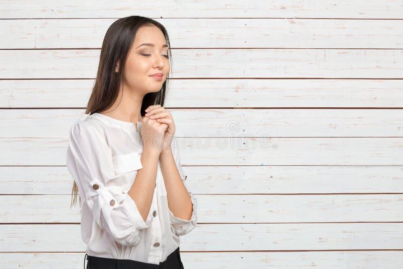 Het jonge vrouw bidden royalty-vrije stock afbeelding