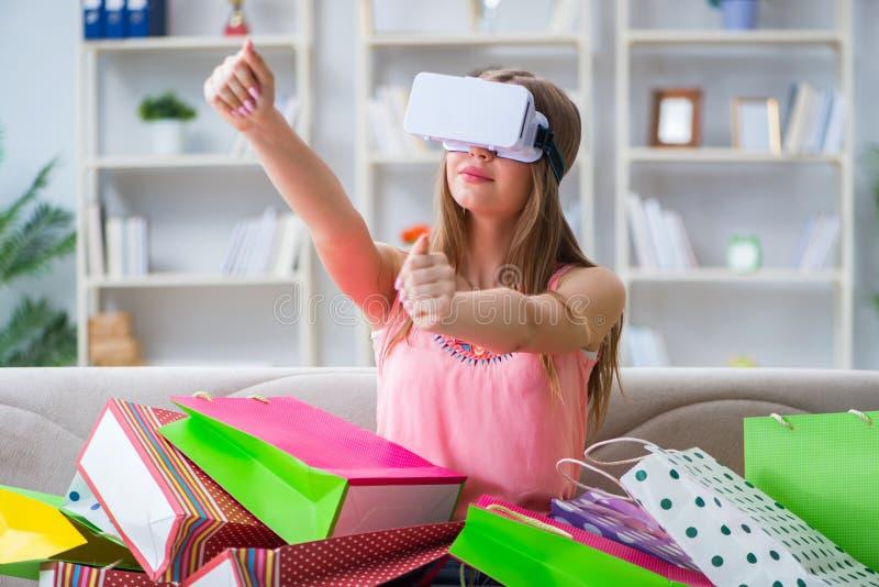 Het jonge vrouw doen die met virtuele werkelijkheidsglazen winkelen royalty-vrije stock afbeelding