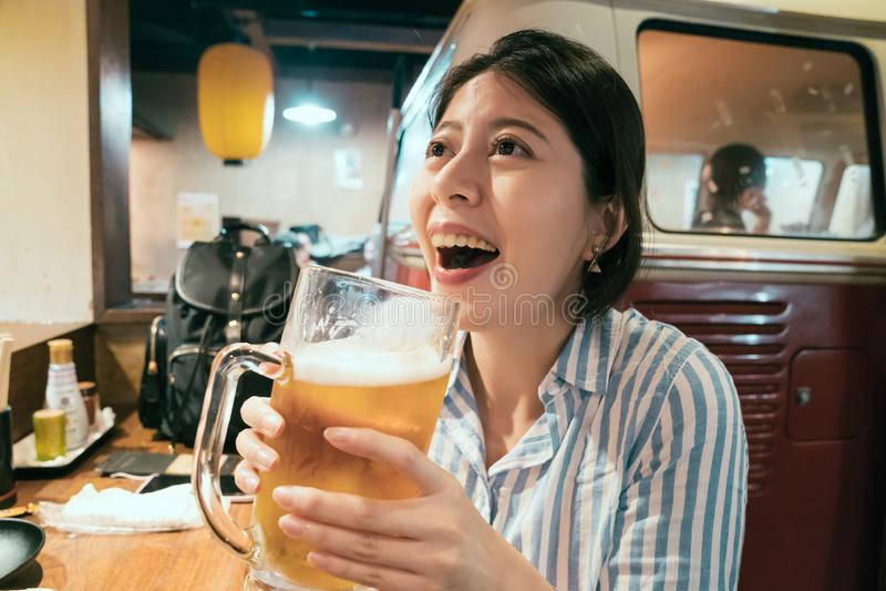 Het jonge vrouw drinken in Japanse bar bij nacht stock afbeelding