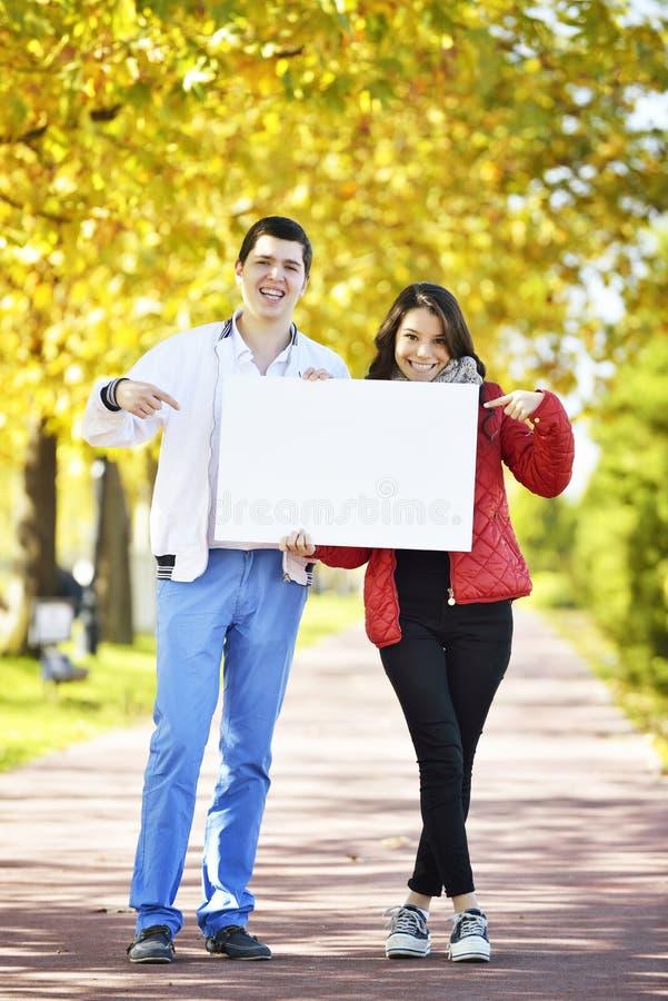 Het jonge vrouw en man lopen stock afbeeldingen