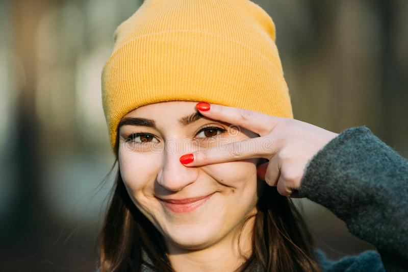 Het jonge vrouw gesturing met haar nadruk van het vingersoog royalty-vrije stock foto's