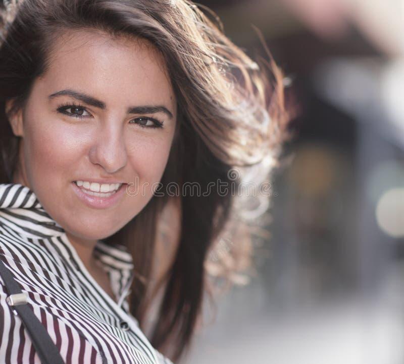 Het jonge vrouw glimlachen royalty-vrije stock foto's