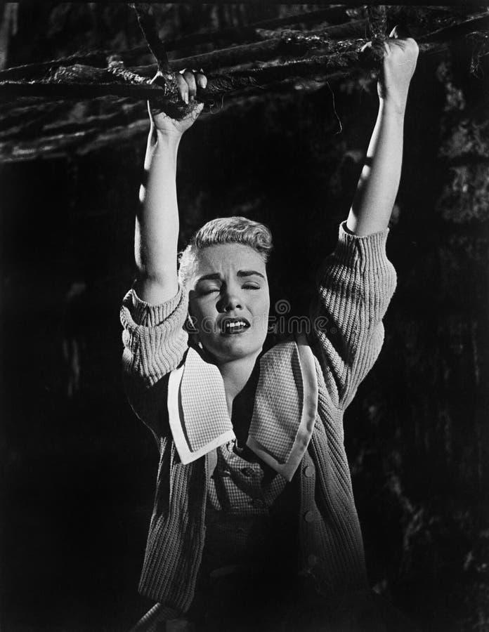 Het jonge vrouw hangen van een tak (Alle afgeschilderde personen leven niet langer en geen landgoed bestaat Leveranciersgaranties stock foto