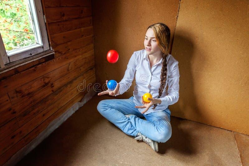 Het jonge Vrouw Jongleren met stock foto