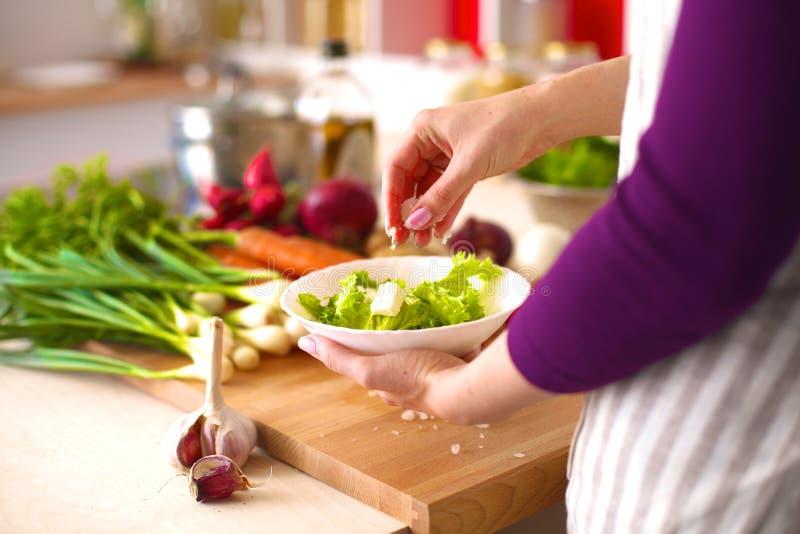 Het jonge vrouw koken in de keuken Gezond voedsel royalty-vrije stock afbeelding