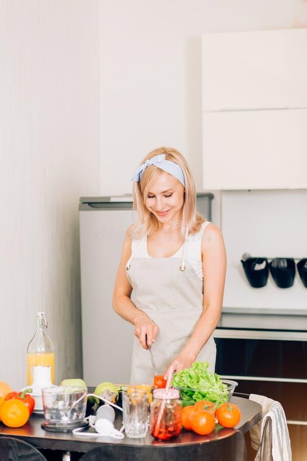 Het jonge vrouw koken in de keuken royalty-vrije stock foto's